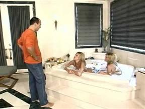 Трах с близняшками в ванной.