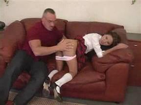 Юная школьница совратила директора школы.