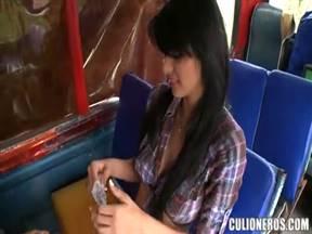 Бразилец отсношал телку в автобусе.