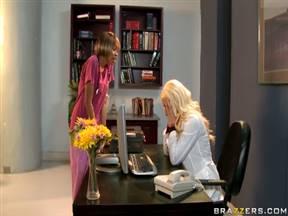 Шикарная блондинка в постельной сцене с доктором.