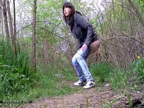 Скрытая камера в кустах в парке.