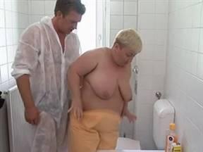 Разврат с жирной бабкой в ванной.