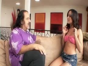 Зрелый толстяк вдул сексуальной латиночке.