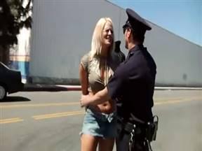 Зрелка из полиции дала сослуживцу в попец.