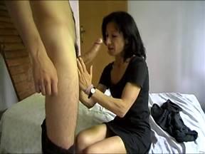 Женщины в возрасте обожают ебарей по моложе.
