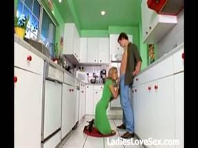 Леди и молодой ебарь шпилятся на кухне в очко.