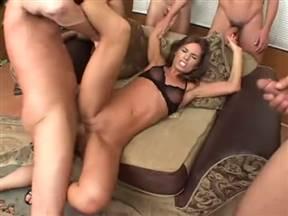 Брутальная долбежка Наоми и мужланов в кресле.