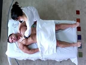 Зрелая массажистка трахается в жопу с клиентом.