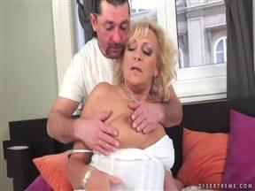 Мамзель почтенного возраста катается на стоячем пенисе любовника.
