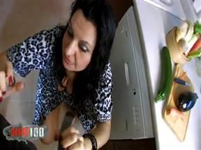 Зрелая брюнетка дрочит овощами и дает парню в жопу на кухне.