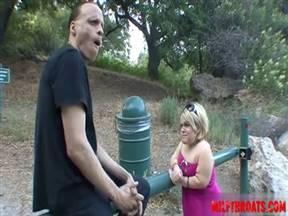 Лилипутка договорилась с мужиком о сексе.