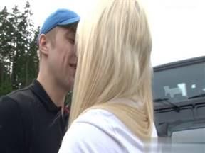 У блондинки сломалась тачка, а чувак помогает ей за секс.