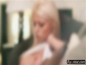 Видео ебли сексапильной блондинки и горячего юноши.