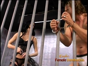 Женская доминация над мужиком в тюремной камере.