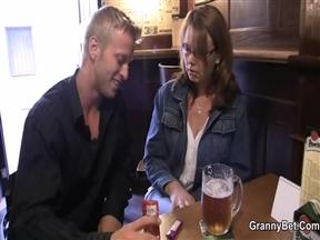 Чешский хлыщ сексует пожилую на диване.