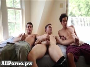 Трое поклонников однополого секса на видео.