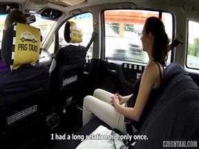 Чешский таксист уломал девицу на трах в тачке.