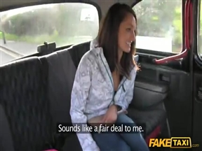 Шлюшка прокатилась в секс такси.