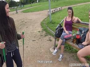 Чешская телка сняла двух девок для групповухи с парнем.