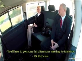 Блондинка Барабара Нова трахается с лысым ебарем в машине.