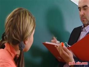 Учитель насаживает школьницу на кукан.