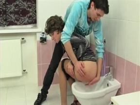 Чувак подмыл писю зрелой женщине в туалете и выебал ее.