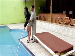 Мойщик бассейнов раздраконил зрелой латиноске пердак.