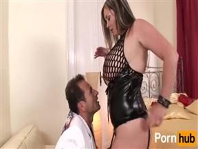 Мужик и телка среднего возраста с большими титьками в порно.