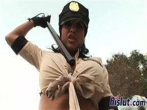 Зрелая латиночка из полиции трахнулась с молодчиком.
