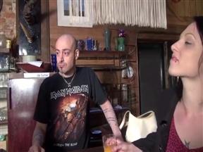 Бурная французская ебля с молодой сучкой в баре.