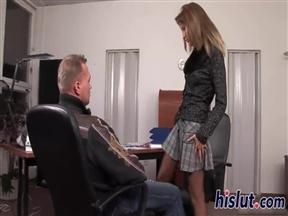 Эффектная шкура и мужик затеяли долбежку в сраку в офисе.