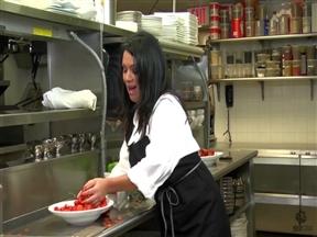 Татуированная милфа шпилится с трахарем на кухне ресторана.