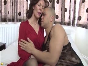 Эффектная старлетка в порно с молодым мордоворотом.
