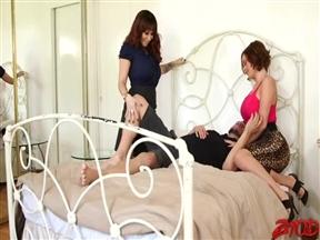 Две матерые шлюхи залезли шпилится к чуваку в постель.