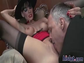 Шлюха в шляпе принимает мужика в борделе.