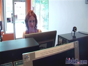 Чувак познакомился в интернет кафе с рыжей и вдул ей.