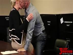 Татуированный лысый муж поимел сексуальную зрелую супругу на столе.