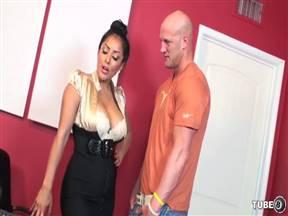 Лысый курьер ебеться с сексуальной зрелой секретаршей.