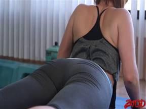 Утренняя порно тренировка с о зрелкой в рейтузах.