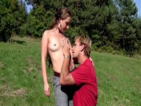 Самка и чувак пришли на луг и захотели заняться сексом.