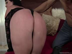 Брюнетка с полным пузом в порнухе с лысым ебарем.