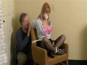 Устроил связаной милфе мастурбацию вибратором.