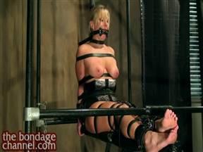 Доминант связал рабыню ремнями и цепляет прищепки на ее дойки.