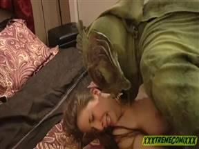 Ебарь в костюме рептилоида овладел сучкой.