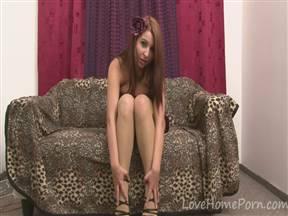 Молодая эксгибиционистка в домашнем эротическом ролике.
