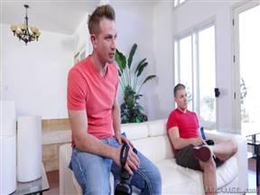 Блондинка мастерски ставит мужу рога с его приятелем.